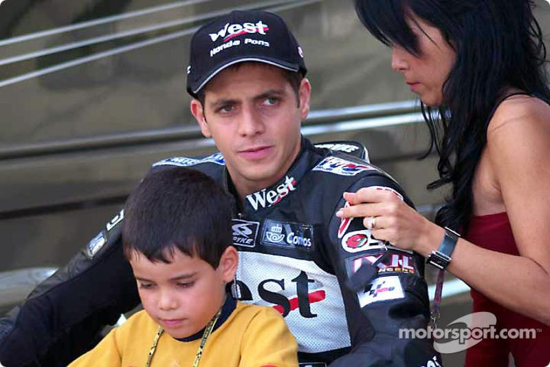 El ganador de la pole, Alex Barros y su familia