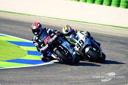 Loris Capirossi supera a Jeremy McWilliams