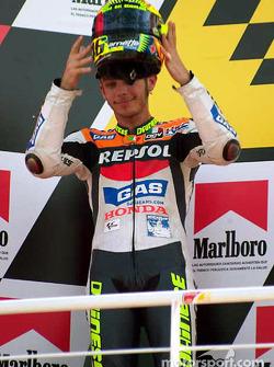 Valentino Rossi levanta su casco hacia el público