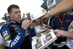 Ryan Newman firma autógrafos para los aficionados luego de llevarse su sexta pole de la temporada