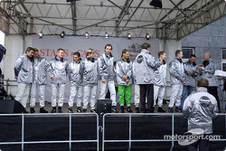 Prof. Jürgen Hubbert honours the Mercedes-Benz DTM drivers at the 2002 Stars and Cars Day