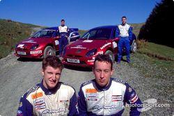 Los pilotos del equipo juvenil Ford Rallye Sport, Guy Wilks y David Henderson con sus autos Puma Super 1600 y los copilotos Roger Herron y Scott Poxon