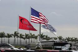 Las banderas ondean orgullosas en el Homestead-Miami Speedway