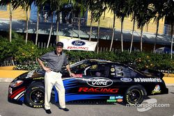 Dan Davis de Ford posa con el Ford NBC Sports No Boundaries