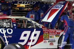 El equipo CITGO realiza ajustes al auto de Jeff Burton