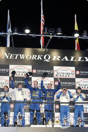 El podio: los ganadores Petter Solberg y su copiloto, Phil Mills con Markko Martin y Carlos Sainz