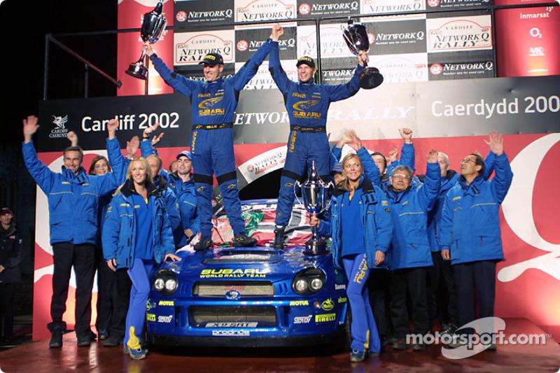 Petter Solberg y el copiloto, Phil Mills celebran el triunfo