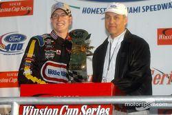 El ganador de la carrera Kurt Busch