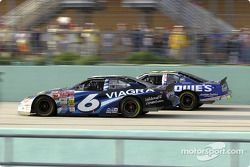Mark Martin y Jimmie Johnson luchan