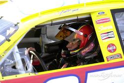 El ganador de la carrera, Kurt Busch llega a victory lane