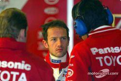 Cristiano da Matta habla con miembros del equipo Toyota