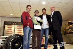 Jacques Villeneuve visita la agencia Chatham Honda en Escocia