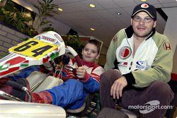 Jacques Villeneuve con un joven piloto de kart