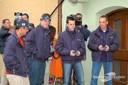 Los pilotos de BMW, Ralf Schumacher, Juan Pablo Montoya, Dirk Muller y Jorg Muller se divierten en c