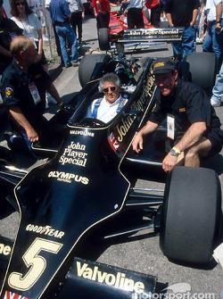 Mario Andretti dentro de su auto del Campeonato Mundial de 1978: el Lotus 79