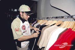 Jacques Villeneuve observa la nueva colección para todo uso