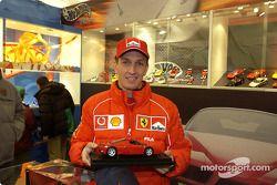Luciano Burti visita el stand de Hot Wheels