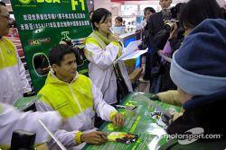 Alex Yoong imza dağıtıyor