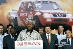 Нельсон Мандела на презентации ралли-рейдовой команды Nissan
