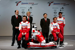 Olivier Panis, Cristiano da Matta y el piloto de pruebas, Ricardo Zonta con el ingeniero en jefe, Gu