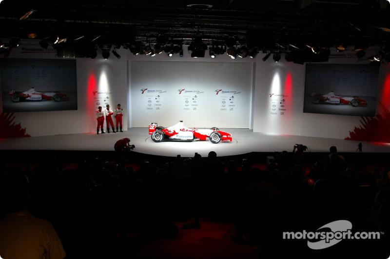 El nuevo Toyota Racing TF103 2003 a escena