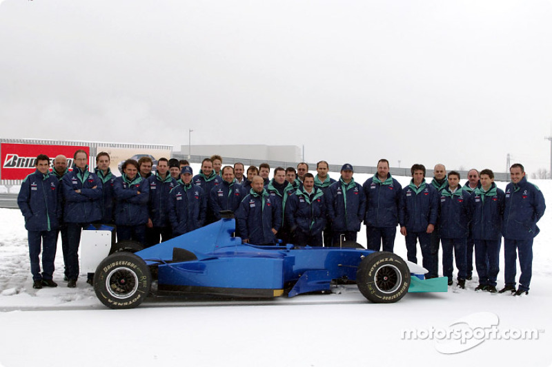 Snow postpones Sauber Petronas C22 rollout: Nick Heidfeld and the whole team