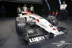 yeni BAR Honda 005 arrives sahnede ve Jenson Button, wheel