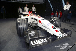 yeni BAR Honda 005 arrives sahnede ve Jenson Button, wheel