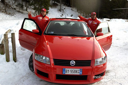 Luciano Burti y Rubens Barrichello llegan en un Fiat Stilo