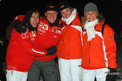 Luca Badoer y Michael Schumacher con sus novias