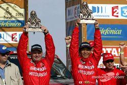 Los ganadores Hiroshi Masuoka y Andreas Schulz celebran su victoria