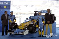 Patrick Faure, Jarno Trulli, Fernando Alonso y Flavio Briatore con el nuevo Renault F1 R23