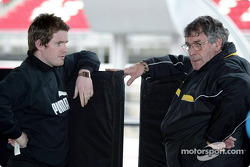 El ingeniero de carrera de Jordan, Rob Smedley habla con el diseñador de Jordan, Gary Anderson