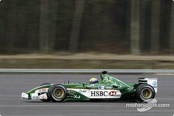 Mark Webber maneja el nuevo Jaguar R4 durante una prueba de presentación en el centro de pruebas de