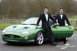 Mark Webber et Antonio Pizzonia posent avec la James Bond 007 XK-R lors d'une séance photos