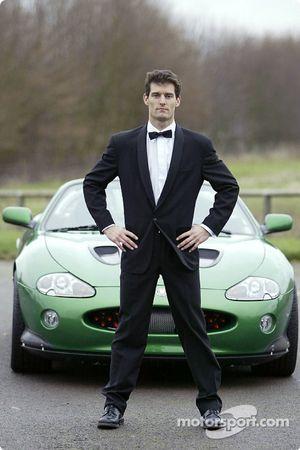 Mark Webber posa con el James Bond 007 XK-R durante una sesión fotográfica en el centro de operacion