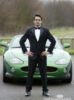 Antonio Pizzonia posa con el James Bond 007 XK-R durante una sesión fotográfica en el centro de oper