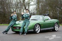 Mark Webber y Antonio Pizzonia posan con el James Bond 007 XK-R durante una sesión fotográfica en el