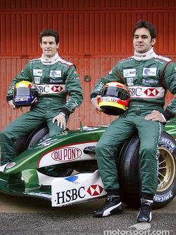 Mark Webber y Antonio Pizzonia posan con el nuevo Jaguar R4