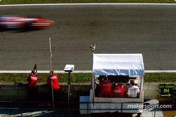 El equipo Toyota Racing en el muro de pits