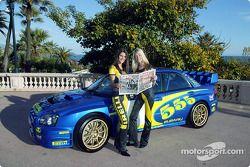 Las adorables chicas Pirelli durante una sesión fotográfica para el Subaru WRC 2003