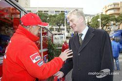 Corrado Provera estrecha la mano de Max Mosley