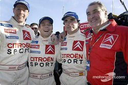 El ganador del rally, Sébastien Loeb celebra con Carlos Sainz, Colin McRae y Guy Fréquelin