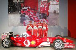 Felipe Massa, Luca Badoer, Michael Schumacher ve Rubens Barrichello ve yeni Ferrari F2003-GA