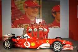 Felipe Massa, Luca Badoer, Michael Schumacher y Rubens Barrichello con el nuevo Ferrari F2003-GA