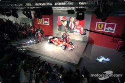 Luca di Montezemelo, Jean Todt, Michael Schumacher ve Rubens Barrichello ve yeni Ferrari F2003-GA
