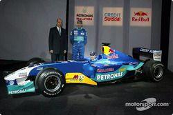 Peter Sauber, Heinz-Harald Frentzen y Nick Heidfeld con el nuevo Sauber Petronas C22