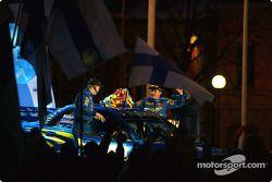 El podio: Tommi Makinen y Kai Lindstrom celebran su segundo sitio