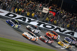 Geoffrey Bodine and Jimmie Johnson lead the field for the start