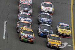 Elliott Sadler, Matt Kenseth, Robby Gordon, Mark Martin y John Andretti al frente del grupo
